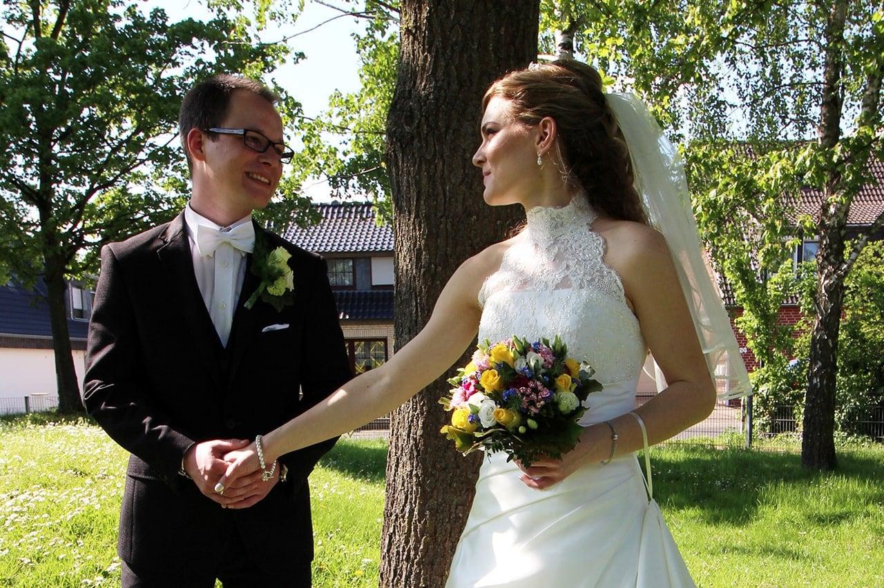 Hochzeitsfoto eines Paares im Grünen von Foto and More